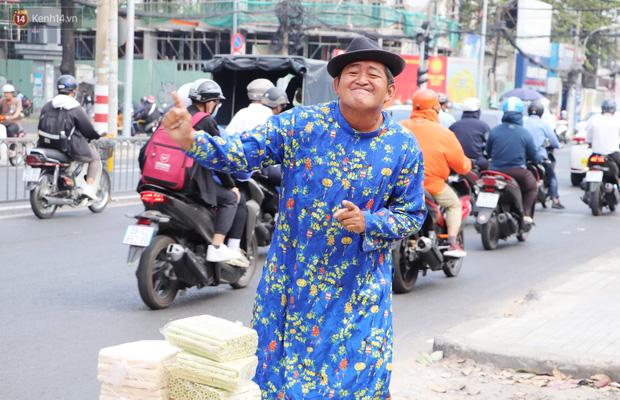 Gặp người cha khùng mặc áo dài nhảy múa trên đường phố Sài Gòn nuôi 3 đứa con ăn học: Mình có lường gạt ai đâu mà phải xấu hổ - Ảnh 1.