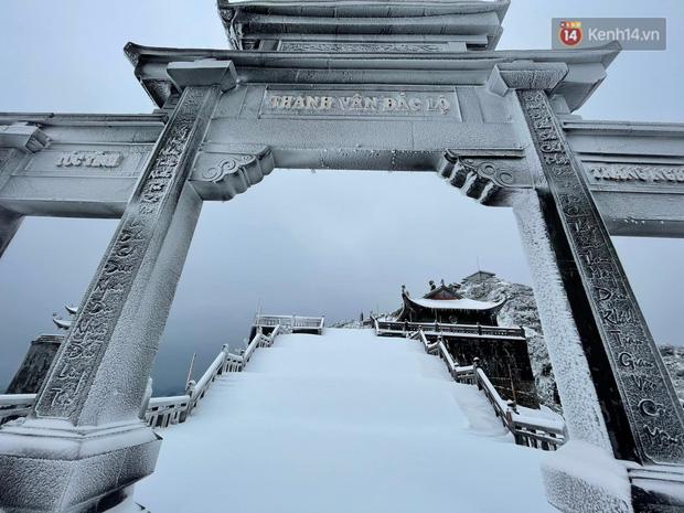 Ảnh: 28 Tết, tuyết phủ dày 60cm trên đỉnh Fansipan, đẹp như phim cổ trang - Ảnh 11.