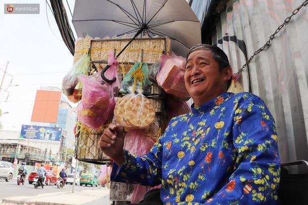 Gặp người cha khùng mặc áo dài nhảy múa trên đường phố Sài Gòn nuôi 3 đứa con ăn học: Mình có lường gạt ai đâu mà phải xấu hổ - Ảnh 6.