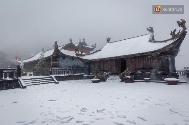 Ảnh: 28 Tết, tuyết phủ dày 60cm trên đỉnh Fansipan, đẹp như phim cổ trang - Ảnh 6.