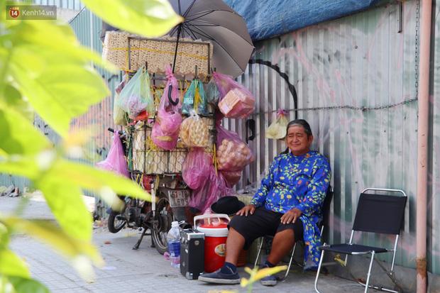 Gặp người cha khùng mặc áo dài nhảy múa trên đường phố Sài Gòn nuôi 3 đứa con ăn học: Mình có lường gạt ai đâu mà phải xấu hổ - Ảnh 9.