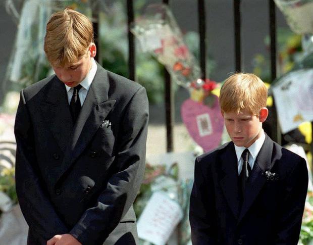 Harry Charles: Từ đứa trẻ ai cũng thương sau cái chết ám ảnh của Công nương tới Hoàng tử ếch bị cả thế giới chê cười vì để vợ dắt mũi - Ảnh 2.