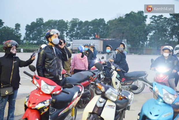 Hàng trăm người dân thực hiện khai báo y tế, chờ vào lễ Chùa Hương trong ngày đầu mở cửa trở lại - Ảnh 1.
