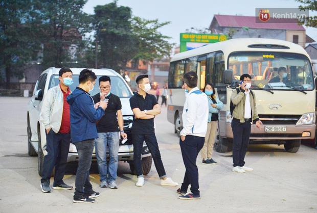 Hàng trăm người dân thực hiện khai báo y tế, chờ vào lễ Chùa Hương trong ngày đầu mở cửa trở lại - Ảnh 2.