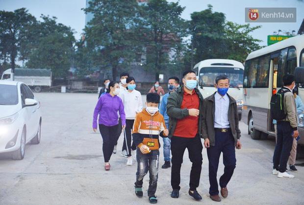 Hàng trăm người dân thực hiện khai báo y tế, chờ vào lễ Chùa Hương trong ngày đầu mở cửa trở lại - Ảnh 13.