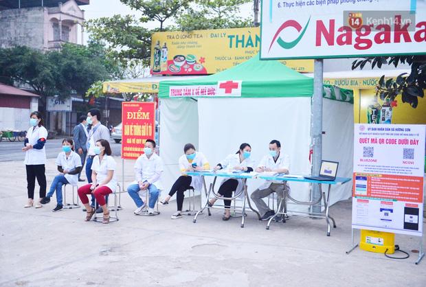 Hàng trăm người dân thực hiện khai báo y tế, chờ vào lễ Chùa Hương trong ngày đầu mở cửa trở lại - Ảnh 14.