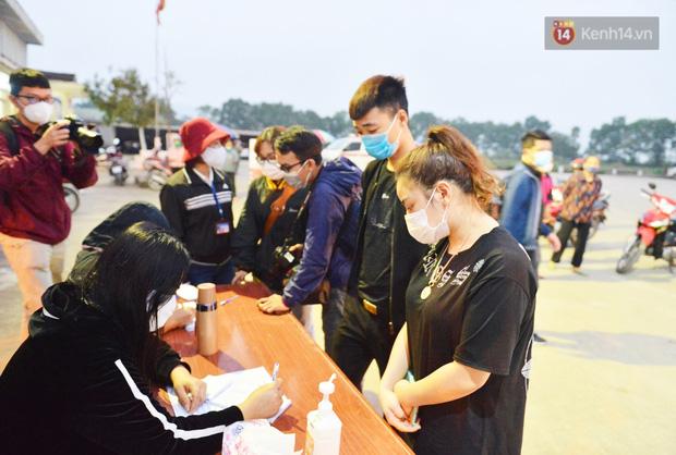 Hàng trăm người dân thực hiện khai báo y tế, chờ vào lễ Chùa Hương trong ngày đầu mở cửa trở lại - Ảnh 3.