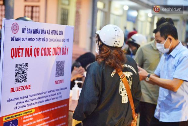 Hàng trăm người dân thực hiện khai báo y tế, chờ vào lễ Chùa Hương trong ngày đầu mở cửa trở lại - Ảnh 8.