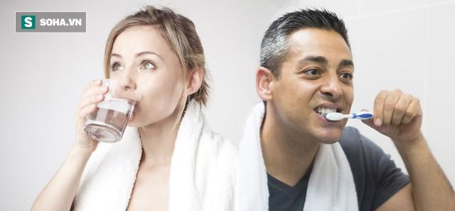 Sau khi ngủ dậy nên uống nước hay đánh răng trước? Đơn giản nhưng không phải ai cũng biết - Ảnh 1.