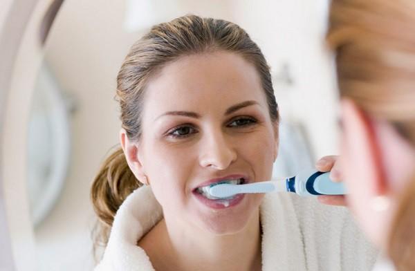 Sau khi ngủ dậy nên uống nước hay đánh răng trước? Đơn giản nhưng không phải ai cũng biết - Ảnh 2.