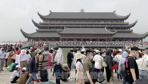 Biển người chen chân đi lễ chùa Tam Chúc ngày cuối tuần - Ảnh 1.