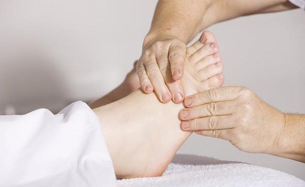 Người sống lâu sẽ thấy rõ 3 đặc điểm xuất hiện ở bàn chân, không có thì cần xem lại sức khỏe ngay - Ảnh 1.
