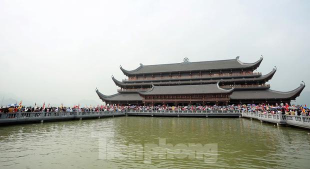 Biển người chen chân đi lễ chùa Tam Chúc ngày cuối tuần - Ảnh 3.