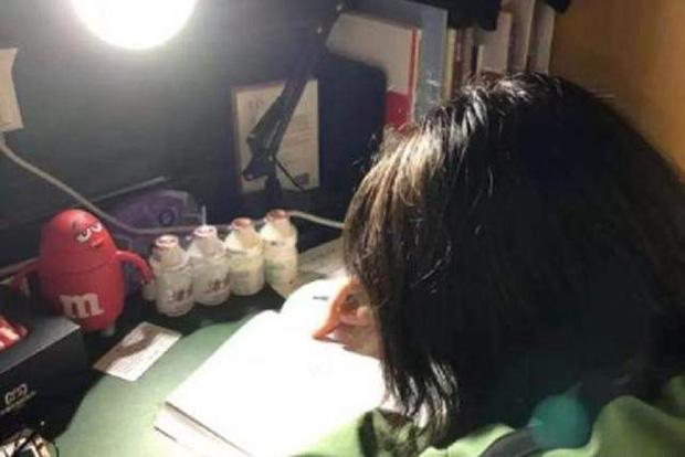Xin nghỉ học từ 10h tối nhưng mẹ không cho, cô bé 11 tuổi đột tử trên bàn học: Mẹ ơi, con ngủ một lát rồi học tiếp - Ảnh 3.
