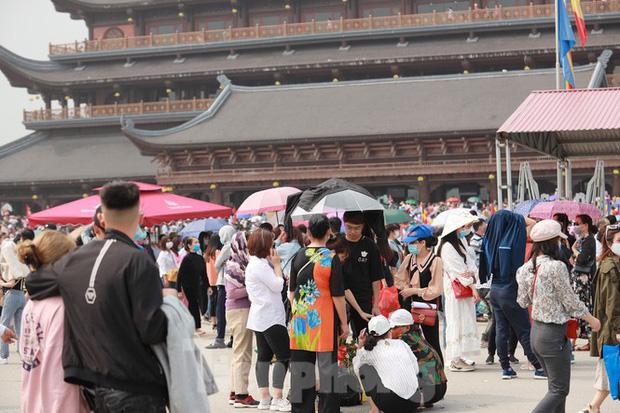Biển người chen chân đi lễ chùa Tam Chúc ngày cuối tuần - Ảnh 4.