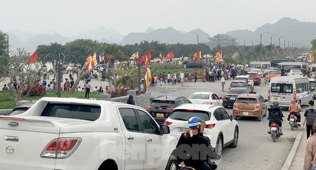 Biển người chen chân đi lễ chùa Tam Chúc ngày cuối tuần - Ảnh 5.