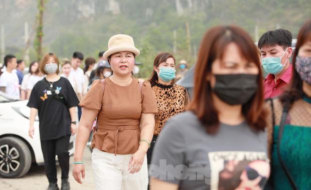 Biển người chen chân đi lễ chùa Tam Chúc ngày cuối tuần - Ảnh 8.