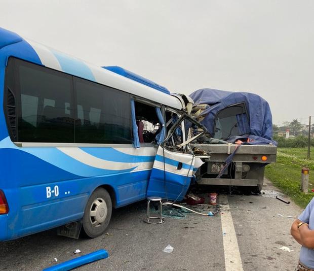Tai nạn thảm khốc giữa xe tải và xe khách, hơn 15 người thương vong - Ảnh 1.