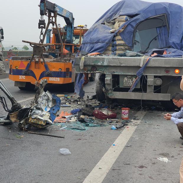 Tai nạn thảm khốc giữa xe tải và xe khách, hơn 15 người thương vong - Ảnh 2.