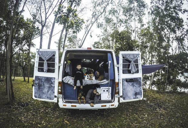 """Chi 280 triệu đồng để biến xe cũ thành nhà, đôi vợ chồng trẻ thực hiện ước mơ du lịch """"vẹn cả đôi đường"""" - Ảnh 9."""