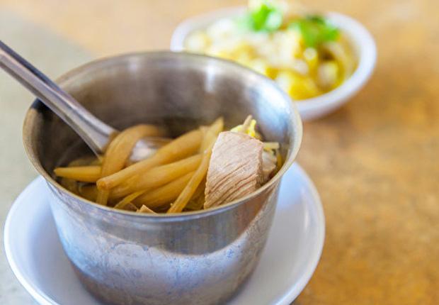 7 loại rau củ không nấu chín kĩ mà cứ ăn sống sẽ làm cơ thể bị nhiễm độc tố - Ảnh 2.