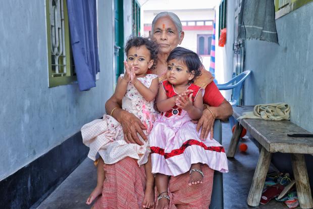 """Bà mẹ già nhất thế giới sinh con ở tuổi 73 do bác sĩ hiểu nhầm, từ """"phép màu y học"""" biến thành bi kịch buồn chỉ sau 2 năm - Ảnh 1."""