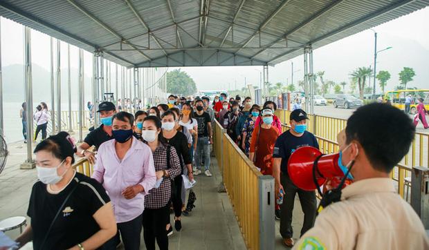 Sau khi 5 vạn người đổ về chùa Tam Chúc: Dựng rào chắn phòng chống dịch Covid-19 - Ảnh 5.