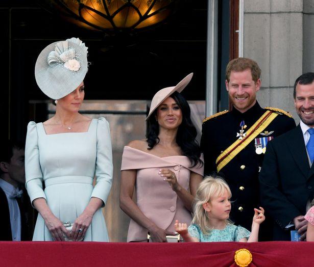 Chuyên gia chỉ ra bằng chứng cho thấy Harry bất mãn với chị dâu Kate từ lâu liên quan đến drama chiếc váy phù dâu khiến Meghan phải khóc - Ảnh 3.