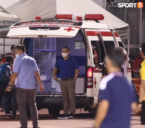 HLV Park Hang-seo lo lắng tột độ, xuống xe cấp cứu động viên Hùng Dũng sau chấn thương - Ảnh 1.