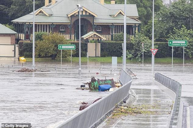Lần đầu tiên trong 30 năm con đập khổng lồ xả nước: Úc rơi vào ngập lụt nghiêm trọng - Ảnh 1.