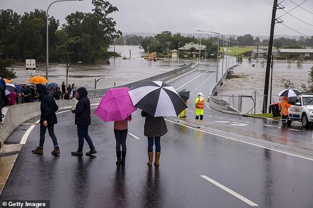 Lần đầu tiên trong 30 năm con đập khổng lồ xả nước: Úc rơi vào ngập lụt nghiêm trọng - Ảnh 2.