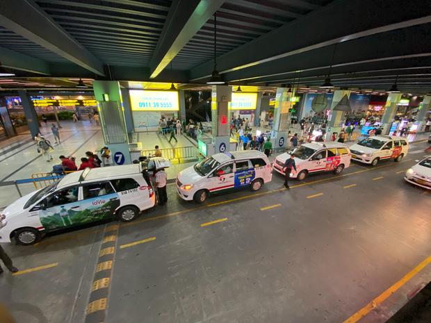 Sân bay Tân Sơn Nhất mở thêm làn cho xe công nghệ đón khách - Ảnh 1.