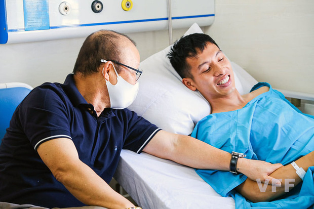 Khoảnh khắc xúc động: Hùng Dũng nắm chặt lấy tay thầy Park không muốn rời, hứa ra sân nếu ĐT Việt Nam đi tiếp ở vòng loại World Cup 2022 - Ảnh 1.