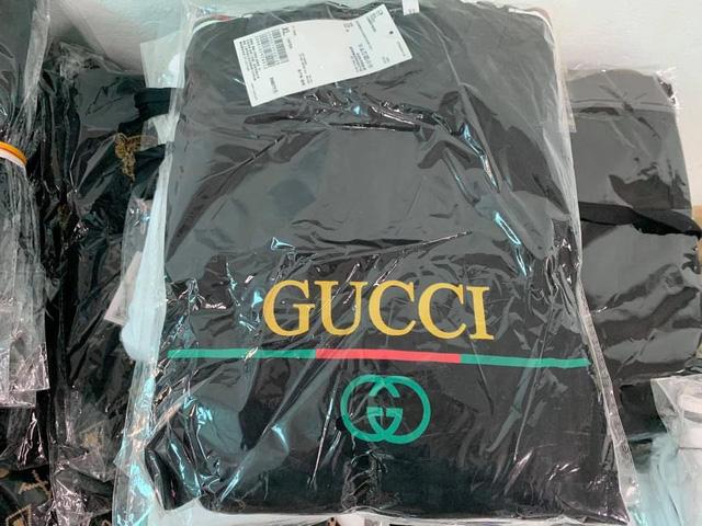 """Bắt kho hàng """"khủng"""" chứa hàng vạn sản phẩm giả LV, Gucci, Nike - Ảnh 1."""