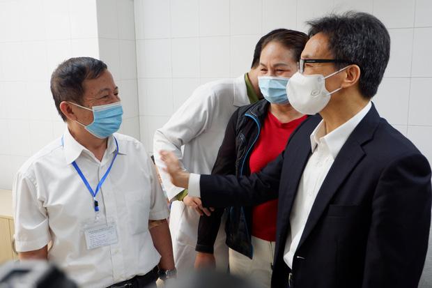 Phó Thủ tướng Vũ Đức Đam tiêm thử nghiệm vaccine phòng Covid-19 made in Vietnam - Ảnh 1.
