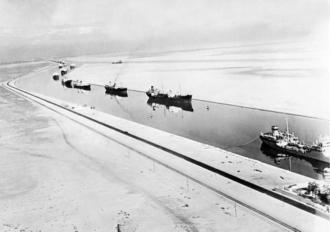 Những con số không tưởng về kênh đào Suez: Đường tắt đi từ châu Á sang châu Âu, chiếm 13% tổng giao thương hàng hải toàn thế giới, 120.000 người bỏ mạng để xây dựng - Ảnh 3.