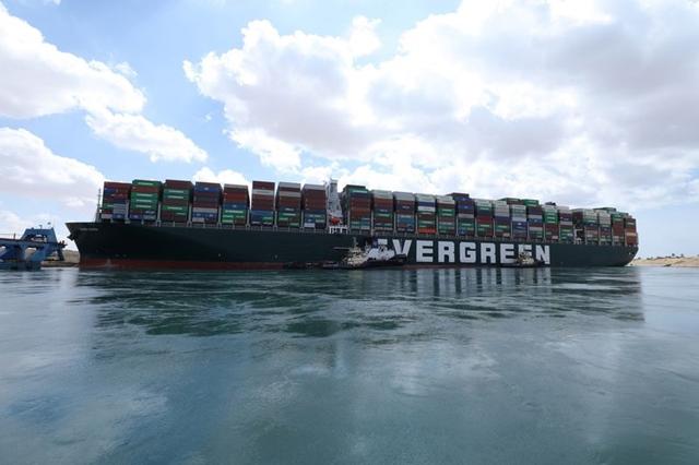 Cần bao lâu để dỡ hết container trên 'siêu tàu' đang mắc cạn ở Suez? - Ảnh 1.