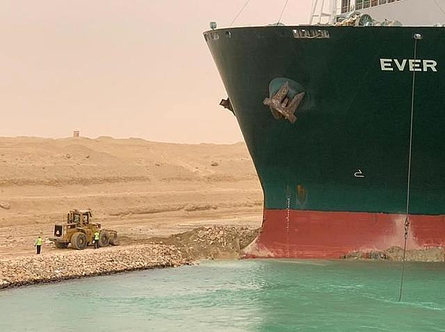 Tàu kẹt trên kênh Suez thành chủ đề chế ảnh trên mạng xã hội - Ảnh 1.