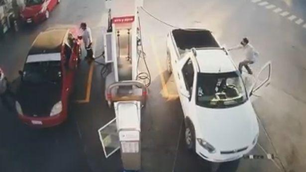 Video: Người đàn ông đang đổ xăng thì xe bốc cháy dữ dội, nguyên nhân bắt nguồn từ hành động vô ý nhiều người dễ mắc phải - Ảnh 1.