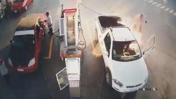 Video: Người đàn ông đang đổ xăng thì xe bốc cháy dữ dội, nguyên nhân bắt nguồn từ hành động vô ý nhiều người dễ mắc phải - Ảnh 3.