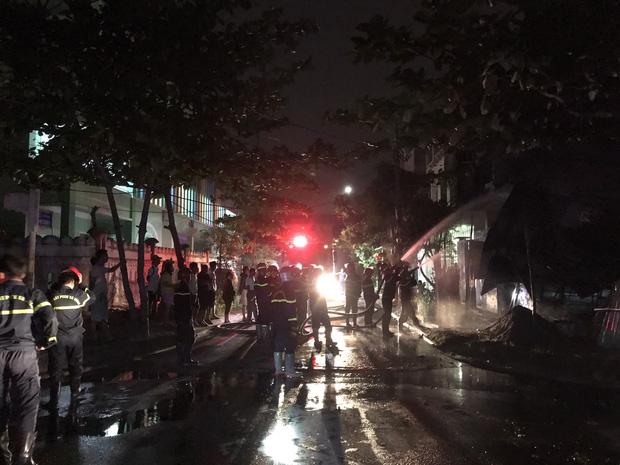 Kho để xe đồ chơi ở Đà Nẵng bốc cháy ngùn ngụt lúc rạng sáng - Ảnh 2.
