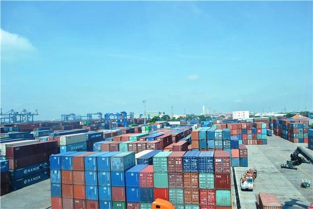 Container rỗng bớt khan hiếm, giá cước vận tải quốc tế vẫn neo cao - Ảnh 1.