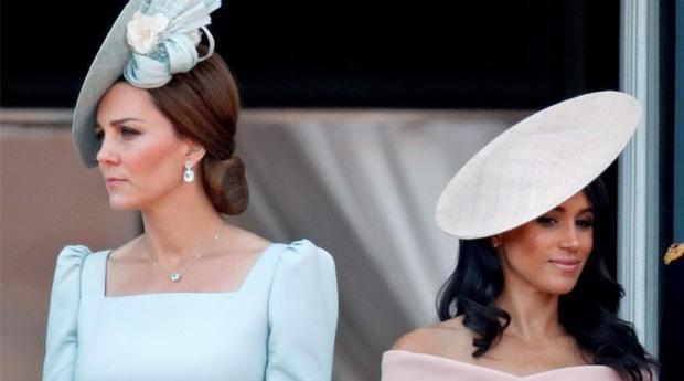 """Vô tình hay cố ý? Cứ khi hoàng gia Anh có sự kiện trọng đại, vợ chồng Meghan lại có cách """"giật spotlight"""" đầy tình cờ như thế này - Ảnh 1."""