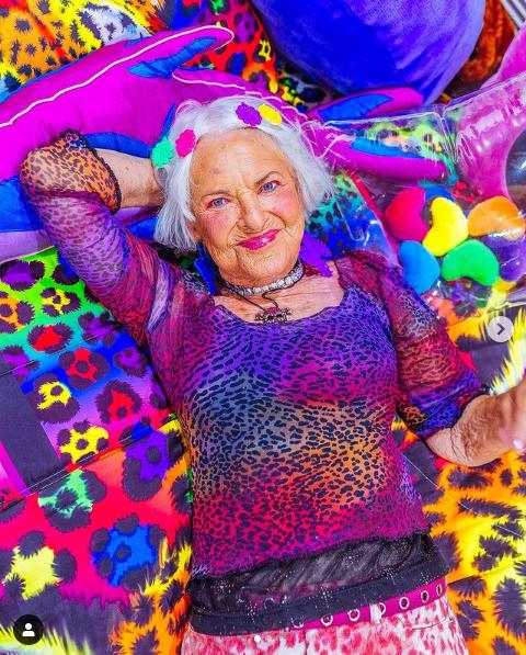 Hơn 70 tuổi vẫn còn xuân, các cụ bà trở thành KOL có tiếng trên mạng xã hội, kiếm được bộn tiền - Ảnh 1.