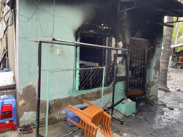 Ảnh: Cận cảnh căn nhà cháy đen khiến 6 người trong gia đình tử vong, xe máy bị thiêu rụi trơ khung - Ảnh 6.