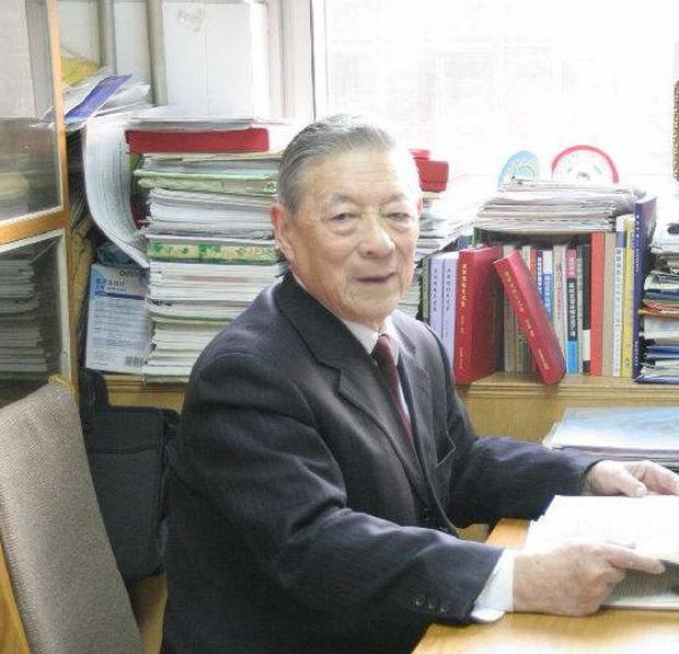Bị nhồi máu não và ung thư thận, sau hơn 15 năm vẫn khỏe mạnh, bác sĩ 98 tuổi ở Trung Quốc chia sẻ 2 bí quyết sống khỏe - Ảnh 1.