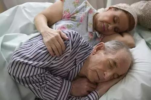 Bị nhồi máu não và ung thư thận, sau hơn 15 năm vẫn khỏe mạnh, bác sĩ 98 tuổi ở Trung Quốc chia sẻ 2 bí quyết sống khỏe - Ảnh 3.