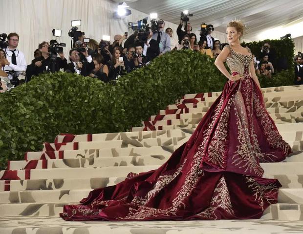 Góc khuất đại tiệc hào nhoáng nhất thế giới Met Gala: Cấm cửa vì thù riêng, chồng tiền để có vé và thủ đoạn kiếm trăm tỷ - Ảnh 2.