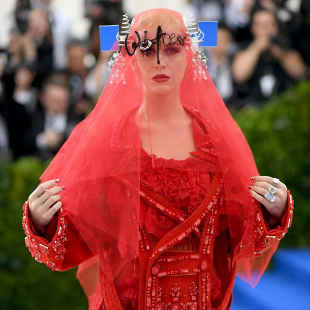 Góc khuất đại tiệc hào nhoáng nhất thế giới Met Gala: Cấm cửa vì thù riêng, chồng tiền để có vé và thủ đoạn kiếm trăm tỷ - Ảnh 10.