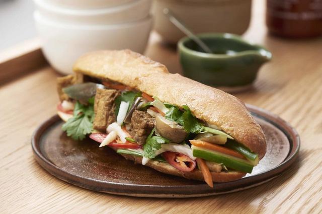 Quá tự hào với 5 tiệm bánh mì made in Vietnam ở nước ngoài: Đắt hàng như tôm tươi, bạn bè quốc tế check in rần rần  - Ảnh 8.